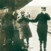 Le transfert d'un inculpé au visage masqué dans les années 1910 en Angleterre