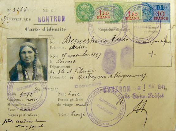 Carte d'identité d'une femme Tsigane résidant en Dordogne.