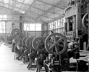 Atelier de découpe et d'emboutissage de l'usine d'aviation Marcel Bloch à Déols