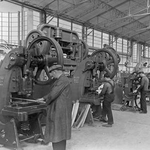 Ouvriers de l'usine d'aviation Marcel Bloch, à Déols, en 1939.