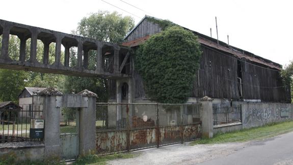 Façade de l'ancienne verrerie de Montenon, le long du canal du Loing, à Cepoy.