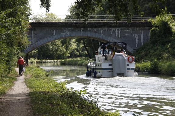 Navigation de plaisance sur le canal du Loing, chemin de halage en aval du Camp de Cepoy, commune de Châlette-sur-Loing. © Photo Jacly Tronel.