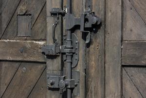 Gros plan sur la serrure de la porte du Cherche-Midi, Mémorial de Créteil.