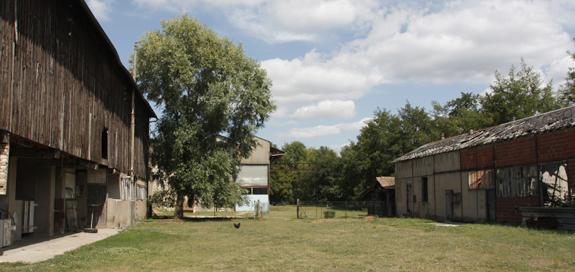 Bâtiments en ruines de l'anciennes verrerie de Montenon, cour intérieure.