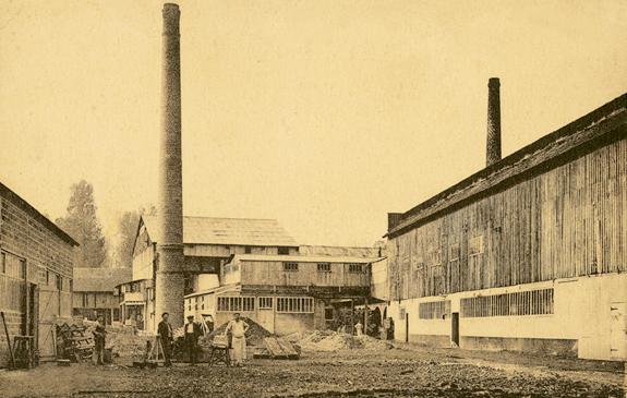 Cour centrale de la verrerie de Montenon, au début du siècle.