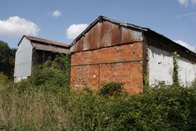 Bâtiments des anciennes verreries de Montenon à Cepoy.