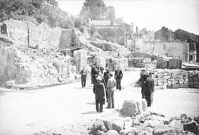Des officiels discutent de la reconstruction du village martyr de Mouleydier, incendié en juin 1944.