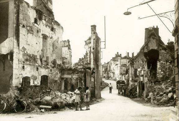 Ruines calcinées du village de Mouleydier (Dordogne), incendié par les Allemands le 21 juin 1944.