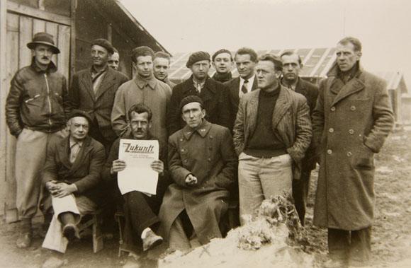 Groupe d'internés allemands au camp de Gurs en septembre 1939 arborant Die Zukunft.
