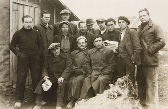 Groupe de brigadistes allemands internés au camp de Gurs en septembre 1939.