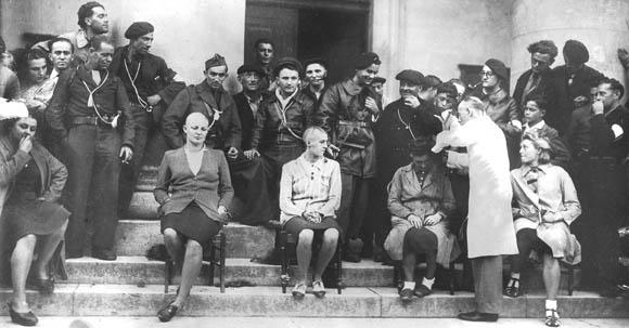 Femmes tondues sur les marches du palais de justice de Bergerac, septembre 1944.