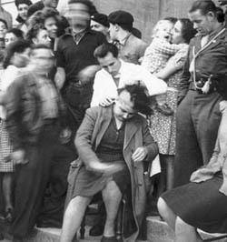 Femme tondue sur les marches du palais de Justice de Bergerac.