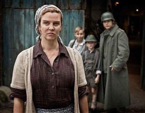 Frau Aschoff (Margarita Broich) attend l'arrivée de la famille Spiegel dans la ferme.