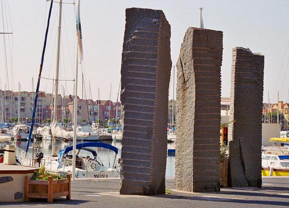 Sculptures de Shamaï Haber en granit rose, Gruissan-Port (Aude)