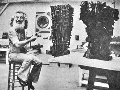 Shamaï Haber dans son atelier parisien à Montparnasse en 1973.