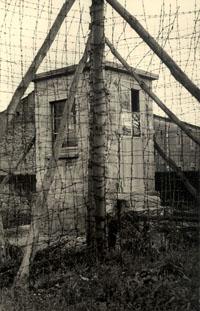 L'un des miradors d'angle de la prison de Mauzac.