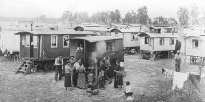 Concentration de roulottes dans un camp de Tsiganes.