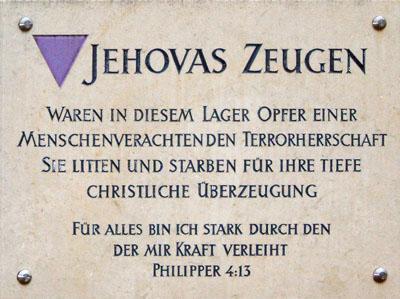 """Plaque commémorative en hommage aux """"triangles violets"""", les témoins de Jéhovah internés dans les camps de concentrations nazis."""