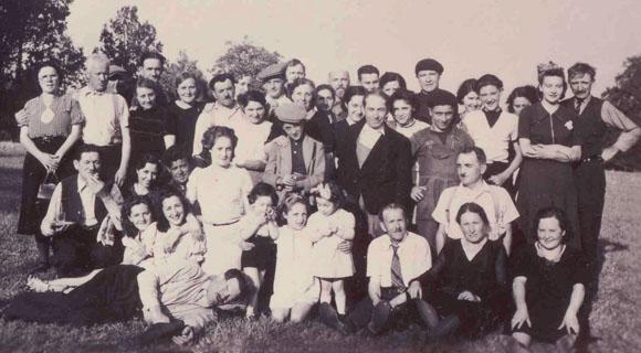 Internés du camp du Sablou et leur famille, juillet 1940.