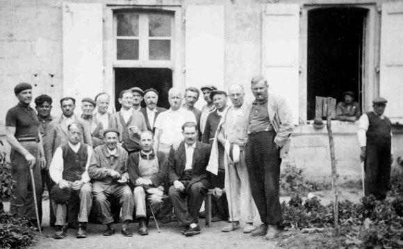 Groupe d'internés périgourdins au camp de séjour surveillé du Sablou, Dordogne.