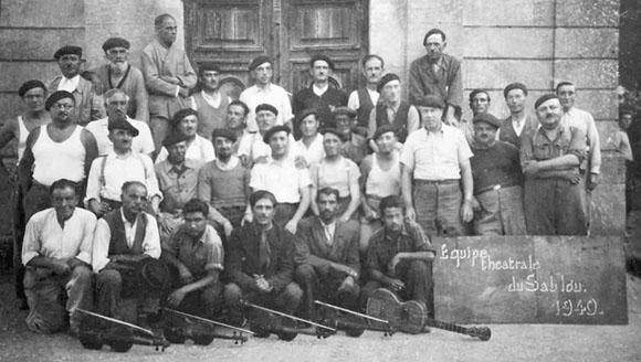 Troupe théâtrale du camp du Sablou, juillet 1940, photo Madeleine Quéré.