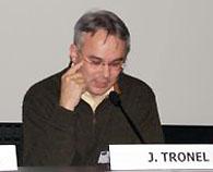 Jacky Tronel présente une conférence sur les Tsiganes dans les camps nazis au Mémorial de Caen.