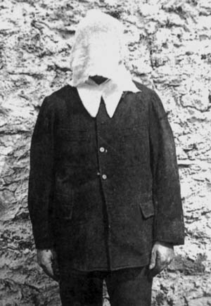 Prisonnier recouvert du capuchon d'étamine à la prison de Fresnes