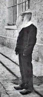 Détenu portant le capuchon belge à la prison de Fresnes