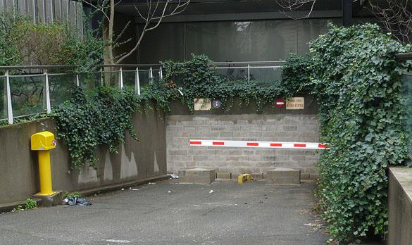 Entrée du garage de l'immeuble de la Maison des sciences de l'homme murée pour cause de désamientage