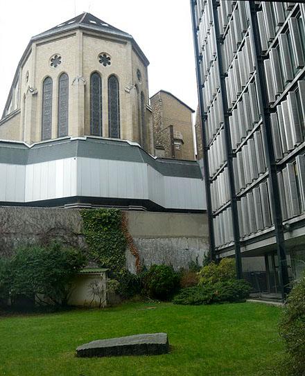 Jardin de la Fondation de la Maison des sciences de l'homme avec l'église Saint-Ignace en arrière-plan.