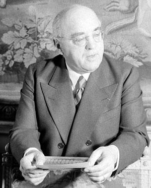 Albert Sarraut, ministre de l'Intérieur à son bureau en juin 1938.