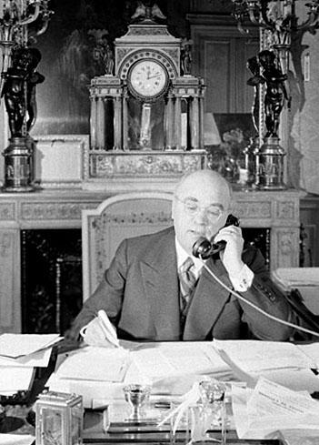 Albert Sarraut, ministre de l'Intérieur à son bureau, juin 1938, photo Life