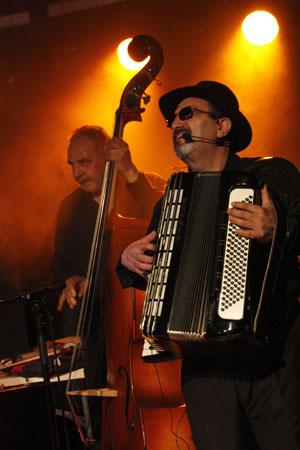 Accordéon et contrebassiste du groupe URS KARPATZ en concert à Lalinde, 21 mai 2011.