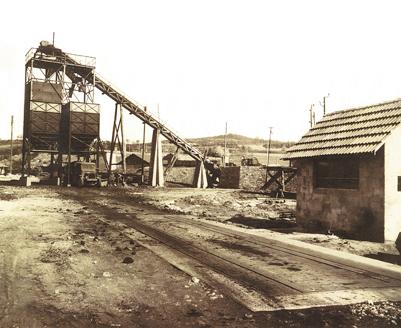"""Mine de lignite de La Chapelle-Péchaud, """"trémies et sauterellle"""", chargement d'un camion."""