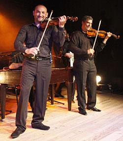 Violonistes du groupe URS KARPATZ, en concert à Lalinde, le 21 mai 2011.