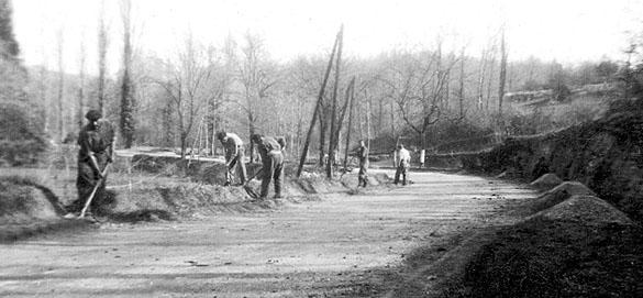 Une équipe de travailleurs du 652e GTE employée à l'entretien d'une route à proximité de Mauzac