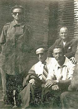 Groupe de travailleurs espagnols endimanchés sur le chantier de Mauzac.