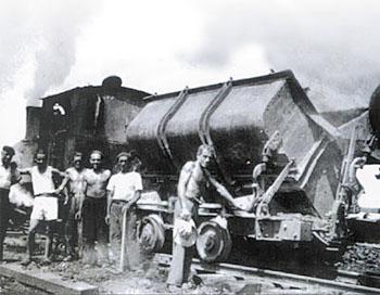 Déchargement de la lignite, wagonnets de la mine de Cladech (Dordogne), coll. AROEVEN.