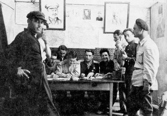 Tamara Volkonskaïa avec l'état-major du bataillon soviétique à Brive en 1945.
