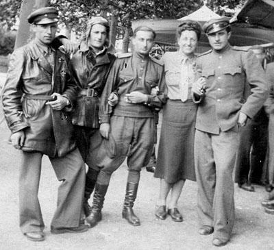 Tamara Volkonskaïa, en compagnie de 4 soldats soviétiques, Périgueux, 11 août 1944.