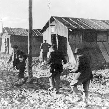 Centre d'accueil des espagnols du camp de Gurs. Deux baraquements d'un des 13 îlots du camp.