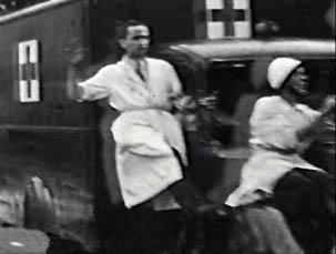 Ambulance circulant sur le boulevard Raspail le 26 août 1944, le lendemain de la libération de Paris