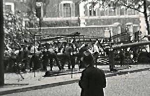 Une barricade est dressée sur le boulevard Raspail, à hauteur  de la rue du Cherche-Midi, le 24 août 1944.