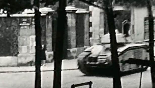 Char allemand descendant le boulevard Raspail en direction de Denfert-Rochereau, à hauteur de la prison du Cherche-Midi.
