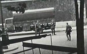 Soldats allemands gardant un véhicule destiné au transfert de prisonniers du Cherche-Midi, août 1944.
