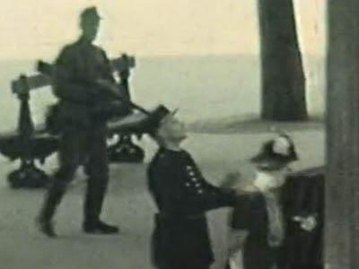 Film documentaire de Charles Dudouyt, 15 août 1944, angle de la rue du Cherche-Midi et du boulevard Raspail.