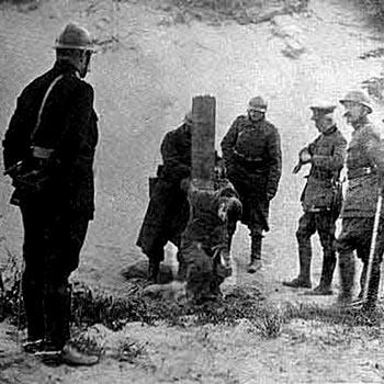 Exécution le 3 juin 1918, près du hameau de Oostduinkerke (Flandre Occidentale), d'Aloïs Walput, volontaire belge du 2e Grenadiers, âgé de 21 ans.