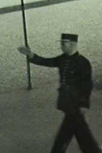 Gardien de la pais face à la prison militaire du Cherche-Midi, le 15 août 1944.