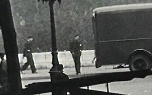 Hommes en armes stationnés devant la prison militaire de Paris, rue du Cherche-Midi, août 1944.