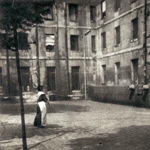 Prison de Saint-Lazare, la cour des jugées, vers 1930.